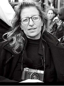 AP A FRA TV Annie Leibovitz...This promotional photo, provided by PBS, shows photographer Annie Leibovitz, center, at Caf Flore, Paris, in 1997. (AP Photo/PBS, Martin Schoeller)